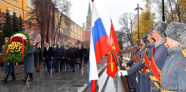 Второй день визита: Анатолий Бибилов возложил венок к могиле Неизвестного солдата