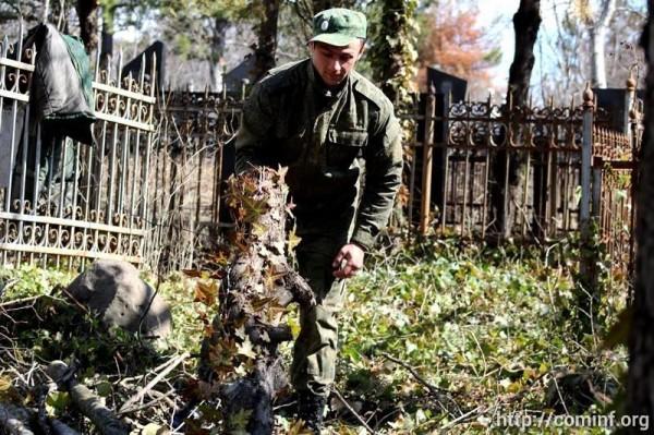 Военные Южной Осетии помогают облагораживать территорию Згудерского кладбища