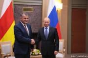 Анатолий Бибилов поздравил Владимира Путина с Днем России