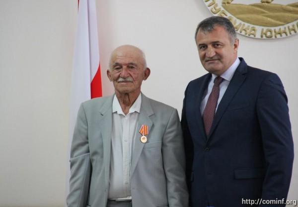 Награждение основателей государственности Южной Осетии. Фото
