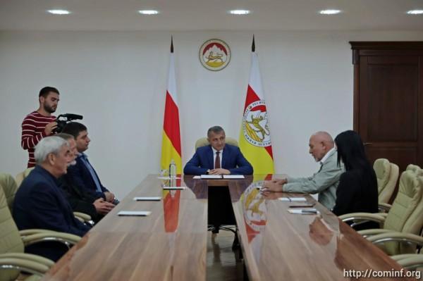 """Президенту Южной Осетии предложили восхождение на пик """"Алания"""""""